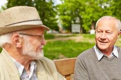 Zwei ältere Männer, die miteinander sprechen Stockfoto