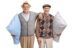 Zwei ältere Männer mit Kissen Stockbild