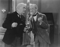 Zwei ältere Männer teilen den Klatsch lizenzfreie stockbilder