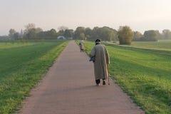 Zwei ältere Menschen Rückkehr vom Abendweg stockfotografie