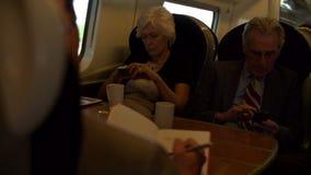 Zwei ältere Wirtschaftler, die auf Zug austauschen stock video