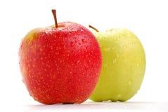 Zwei Äpfel getrennt auf Weiß Stockfoto