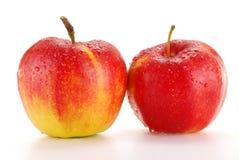 Zwei Äpfel getrennt auf Weiß Stockfotos