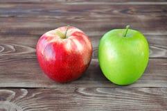 Zwei Äpfel grün und rot stockfoto