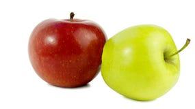 Zwei Äpfel Rote Apple- und Grünlügen auf der Seite Stockfotos