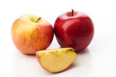 Zwei Äpfel und Scheibe lokalisiert Stockbilder