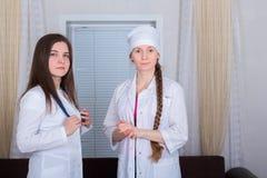 Zwei Ärztinnen oder Krankenschwestern stockfotografie