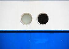 Zwei Öffnungen auf blauem und weißem Küstenmotorschiffhintergrund Lizenzfreies Stockfoto