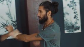 Zwei übende Kung-Fu-Fähigkeiten des erwachsenen Kriegers in der Trainingshalle stock video
