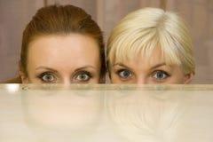 Zwei überraschte Frau Stockfotos