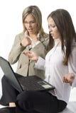 Zwei überraschte Managerfrauen Stockbilder