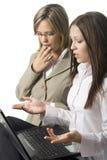 Zwei überraschte Managerfrauen Stockfotografie