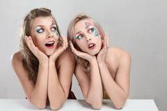 Zwei überraschtes Mädchen Stockfoto