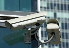 Zwei Überwachungskameras Stockfotografie
