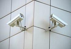 Zwei Überwachungskameras Lizenzfreies Stockbild
