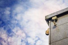 Zwei Überwachungskameras auf der Seite eines modernen Gebäudes Stockfotos
