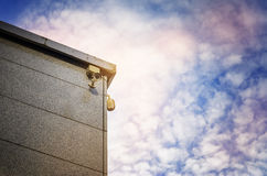 Zwei Überwachungskameras auf der Seite eines modernen Gebäudes Lizenzfreie Stockfotografie