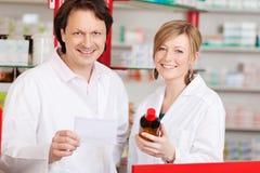 Zwei überzeugte Apotheker bei der Arbeit Lizenzfreies Stockfoto
