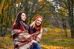 Zwei aalende Freundinnen Lizenzfreie Stockbilder