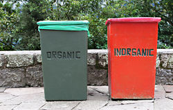 Zwei Abfallbehälter Stockbild