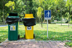Zwei Abfalleimer im Park Stockfoto