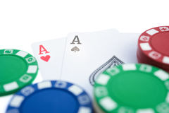 Zwei Ace von Poker neben Kasino bricht mit Beschneidungspfad ab Stockfotos