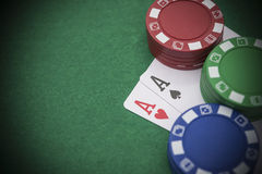 Zwei Ace von Poker neben vielen Chips Lizenzfreies Stockbild