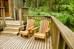 Zwei Adirondack Stühle auf der Plattform Stockbild