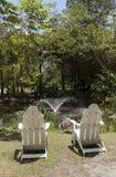 Zwei Adirondack-Stühle gesehen von der Rückseite Stockfotos