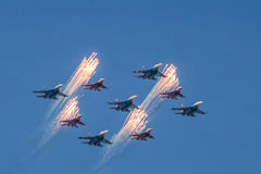 Zwei aerobatic Teams in einer Bildung Stockfotos