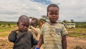 Zwei afrikanische Jungen vom Masaistamm in ihrem Dorf lizenzfreies stockbild