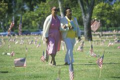 Zwei afro-amerikanische Frauen im Kirchhof, Los Angeles, Kalifornien Stockbild