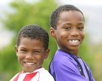 Zwei Afroamerikaner-Jungen in den Fußball-Uniformen Stockfoto