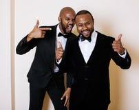 Zwei afroe-amerikanisch Geschäftsmänner in den schwarzen Anzügen lizenzfreies stockbild