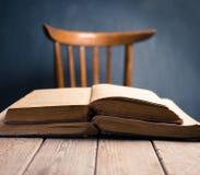 Zwei alte Bücher auf einem Holztisch Stockfotografie
