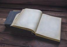 Zwei alte Bücher auf Holztisch Bereiten Sie vor, um zu lesen Stockfotografie