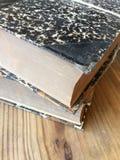 Zwei alte Bücher auf Tabelle Stockbild
