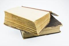 Zwei alte Bücher, eins in einer offenen Art, auf einem weißen Hintergrund Lizenzfreies Stockfoto