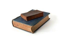 Zwei alte Bücher getrennt auf Weiß Stockfotos