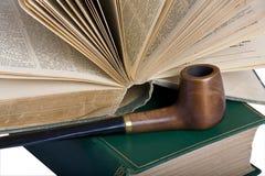 Zwei alte Bücher und ein Rohr Stockbilder