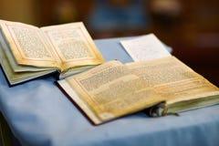 Zwei alte Bibeln auf Hochzeitszeremonie Lizenzfreies Stockfoto