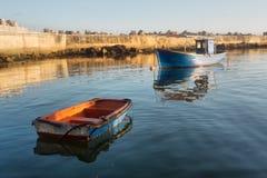 Zwei alte Boote im Hafen - Morgenlicht Stockfoto