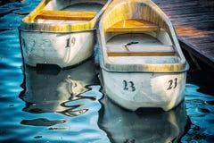 Zwei alte Boote am Pier Stockfotos