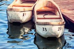 Zwei alte Boote am Pier, interessanter Fotofilter Lizenzfreie Stockfotos