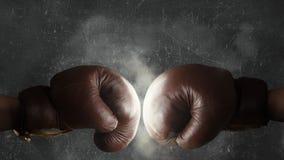 Zwei alte braune Boxhandschuhe zusammen geschlagen Lizenzfreie Stockbilder