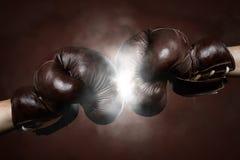 Zwei alte braune Boxhandschuhe zusammen geschlagen Lizenzfreie Stockfotografie