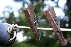 Zwei alte Clothespins Stockfoto