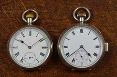 Zwei alte englische Taschen-Uhren Stockfotos