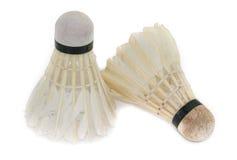 Zwei alte Federbälle für Badminton auf einem weißen Hintergrund lizenzfreie stockfotografie