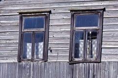 Zwei alte Fenster auf Bauernhofwand Stockfotografie